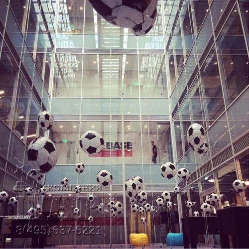 Фотозона с футбольными мячами