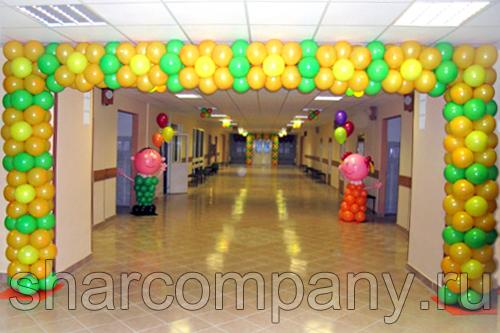 Арка из воздушных шаров и фигурки школьника и школьницы