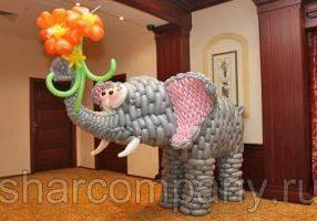 слон из воздушных шаров